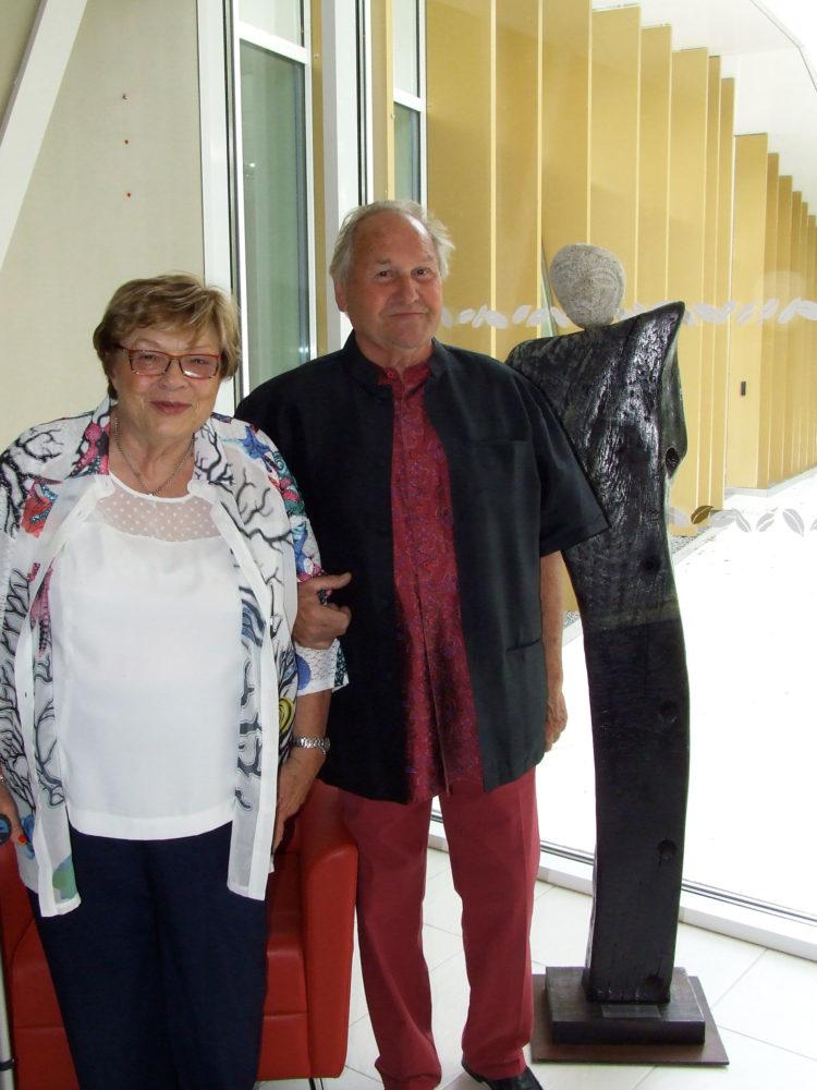 La donatrice Josiane Querné au côté de l'artiste sculpteur Serge Barré Kowacs