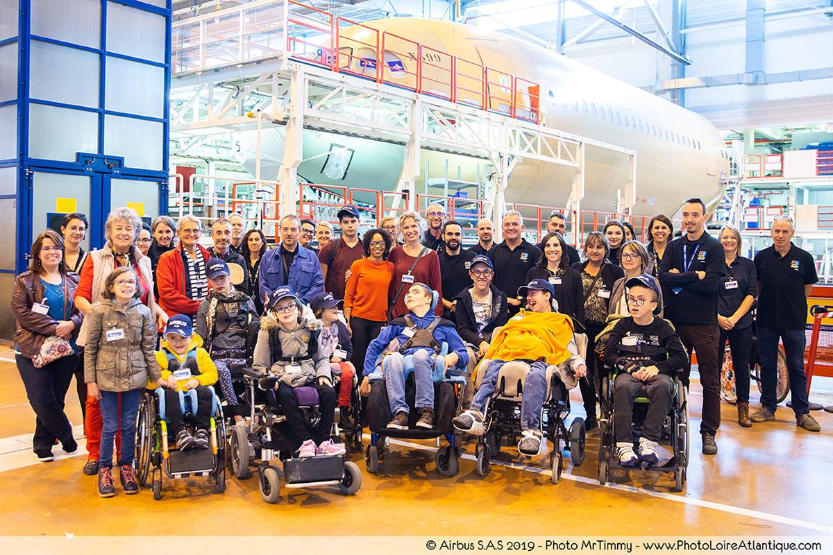 Jeunes et professionnels de l'IEM de l'Estran avec les salariés d'Airbus