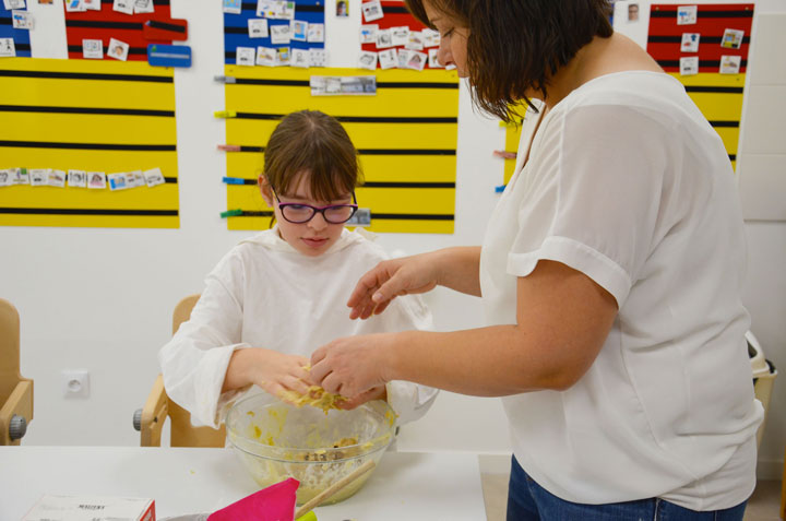Une jeune et une éducatrice à l'IME SESSAD La Fleuriaye à Carquefou