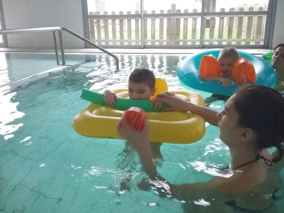 Le SESSAD Les Pitchouns accompagne le jeune lors de séance de balnéothérapie