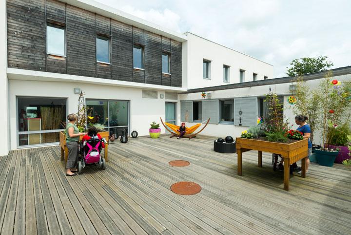 Le jardin sensoriel, projet financé par les pompiers de Saint-Nazaire, participe à l'éveil des sens chez les enfants.