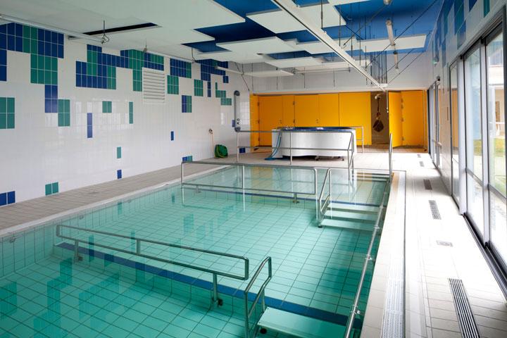 La salle de balnéothérapie de l'IEM de l'Estran est équipée d'un rail facilitant l'entrée dans la piscine pour l'enfant et le soignant.