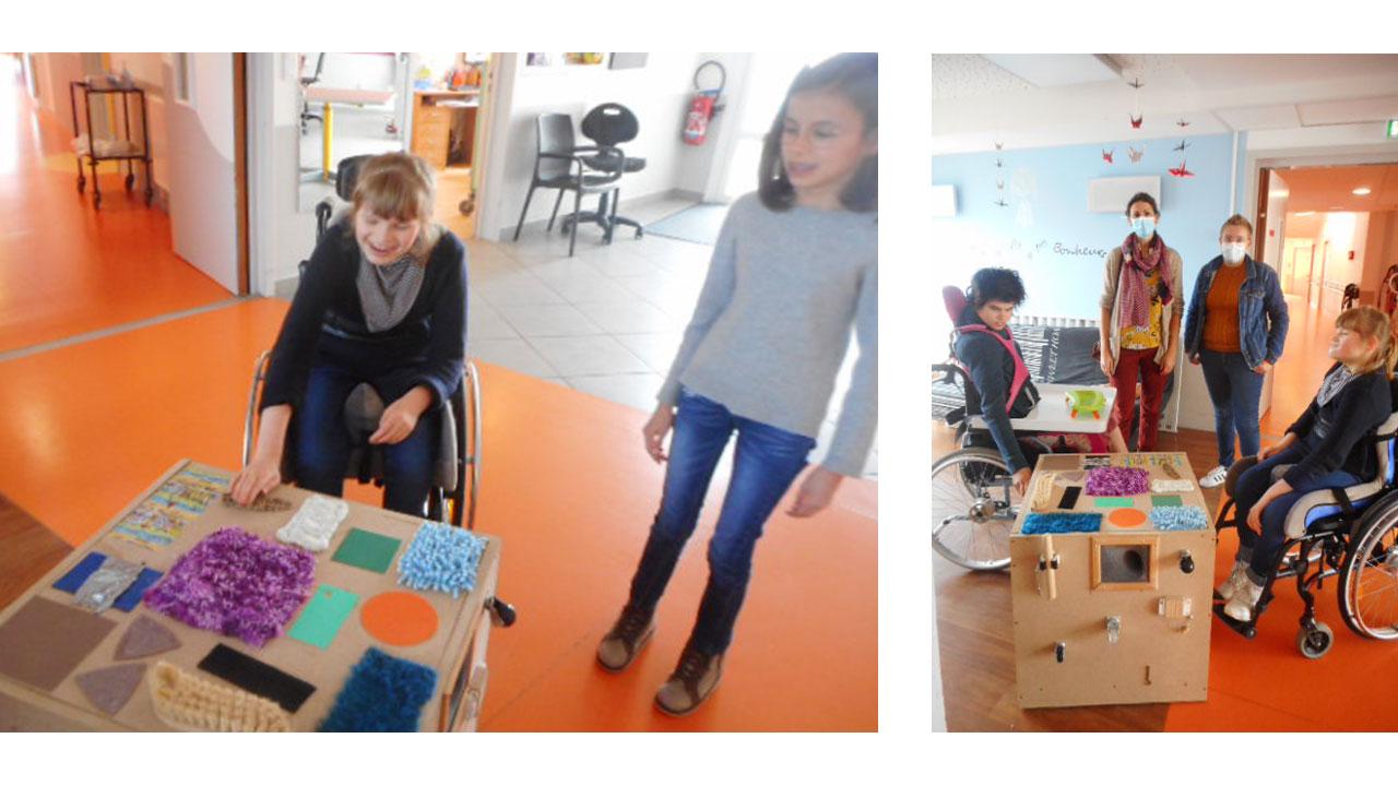 Les jeunes de l'IEM découvre le cube sensoriel réalisé par la clinique de la Brière.